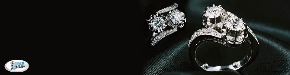 Bague or blanc et diamants photographié sur un tissus noir