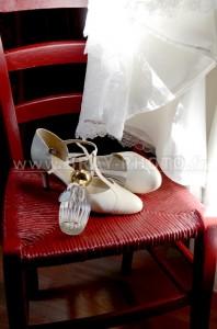 Mise en scène chaussures, parfum et robe