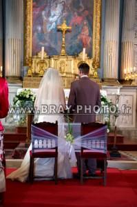 Cérémonie Religieuse les mariés vus de dos debout devant l'hôtel