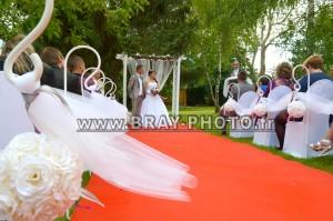 """Cérémonie Laïque """" les mariés devant l'arche fleuri écoute l'officianr"""