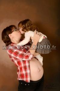 portrait de grossesse avec la petite soeur